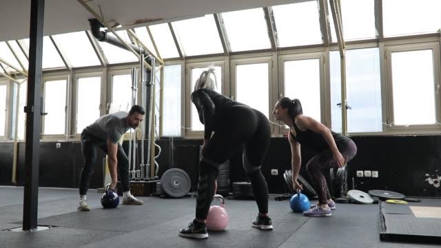 donne che si allena con personal trainer - cura della persona video stock e b–roll