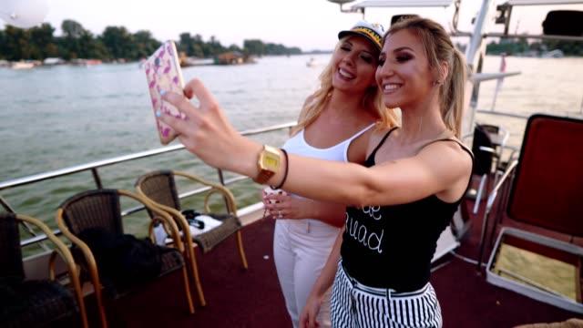 vídeos de stock, filmes e b-roll de senhoras fazendo memórias da despedida - despedida de solteira