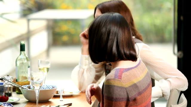 vídeos y material grabado en eventos de stock de estimadas que el almuerzo, fiesta divertida el almuerzo con amigos riendo - cena con amigos