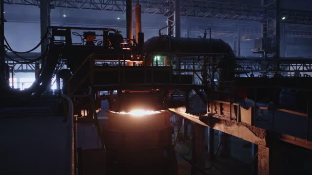 vídeos de stock, filmes e b-roll de forno de refino de concha em uma grande fábrica de aço - foundry