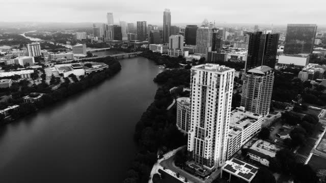 vídeos de stock e filmes b-roll de lady bird lake of austin texas black and white cityscape - town