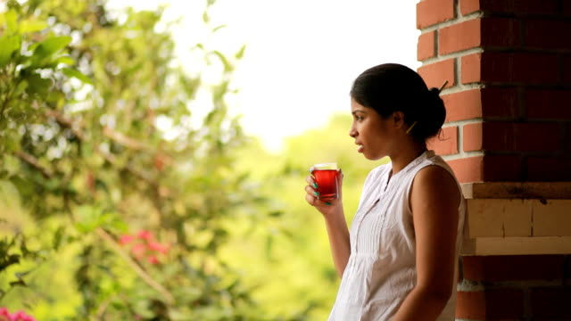 donna bere succo di frutta - mezzogiorno video stock e b–roll