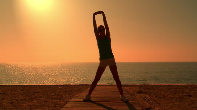 ms lady exercising for fitness at beach / san pedro alcantara, malaga, spain - menschliche gliedmaßen stock-videos und b-roll-filmmaterial