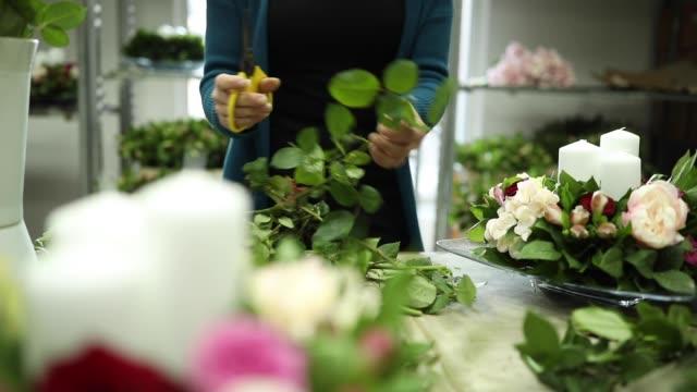 lady florist working in flower workshop - flower arrangement stock videos & royalty-free footage