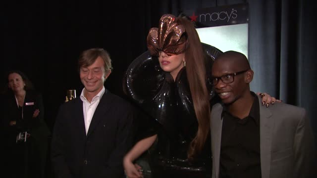 vídeos y material grabado en eventos de stock de lady gaga and troy carter at lady gagafame eau de parfumlaunch event at macy's herald square on september 14 2012 in new york new york - herald square