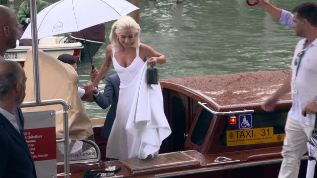 lady gaga bradley cooper at celebrity sightings in venice on august 31 2018 in venice italy - avvistamenti vip video stock e b–roll