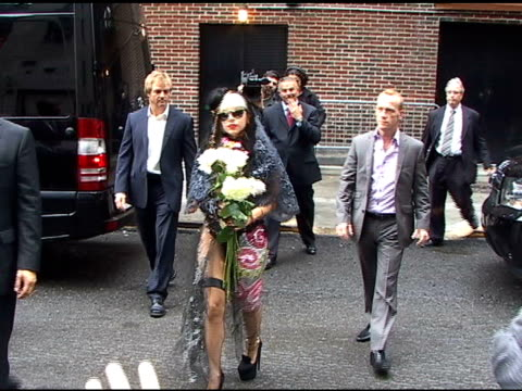 vidéos et rushes de lady gaga signs autographs for fans as she arrives at the 'late show with david letterman' in new york 05/23/11 - autographe