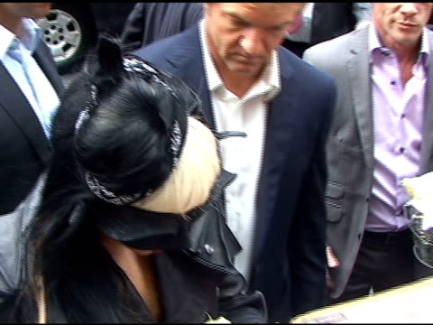 vídeos y material grabado en eventos de stock de lady gaga signs autographs for fans as she departs the 'late show with david letterman' in new york 05/23/11 - autografiar