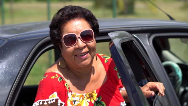 vídeos de stock, filmes e b-roll de senhora que sai do carro - interior de transporte