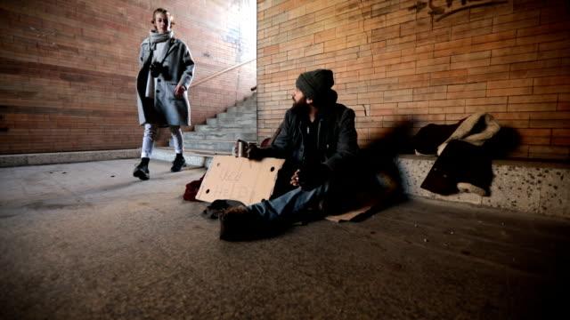 lady helping homeless man - musicista video stock e b–roll