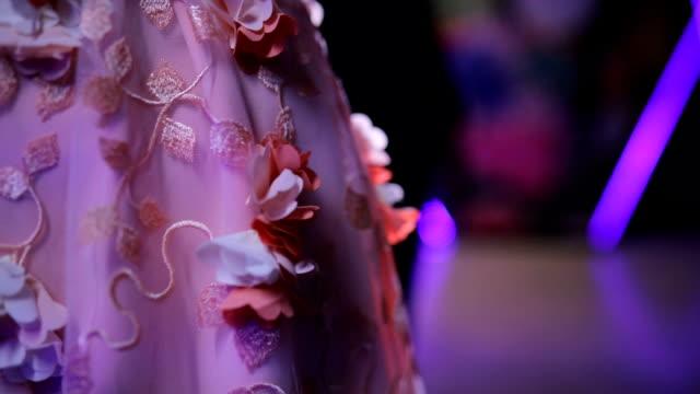 vídeos de stock e filmes b-roll de lady in elegant dress - vestido branco