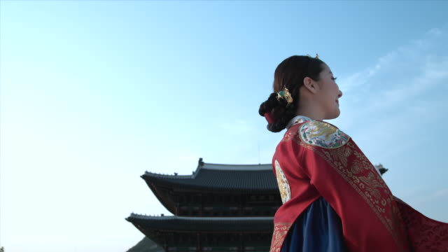 ms lady in queen dress standing behind gyeongbokgung palace / seoul, south korea  - nur junge frauen stock-videos und b-roll-filmmaterial