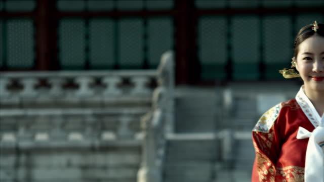 ms pan lady in queen dress standing behind gyeongbokgung palace / seoul, south korea  - 若い女性だけ点の映像素材/bロール