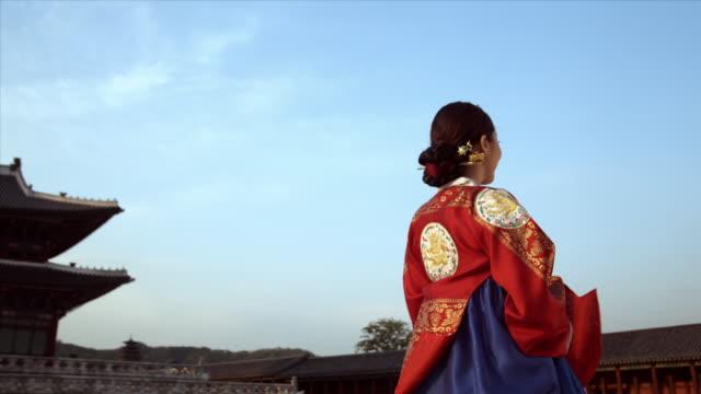 cu pan lady in queen dress standing behind gyeongbokgung palace / seoul, south korea  - 若い女性だけ点の映像素材/bロール