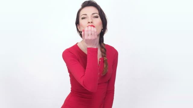 vídeos y material grabado en eventos de stock de lady in red sending an air kiss - esmalte de uñas rojo