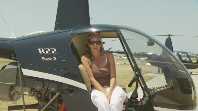 lady in robinson r22 helicopter, talking, australia - 30 34 ��r bildbanksvideor och videomaterial från bakom kulisserna