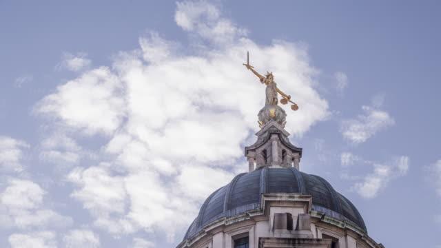 lady justice on the old bailey, london, england. - オールドベイリー点の映像素材/bロール