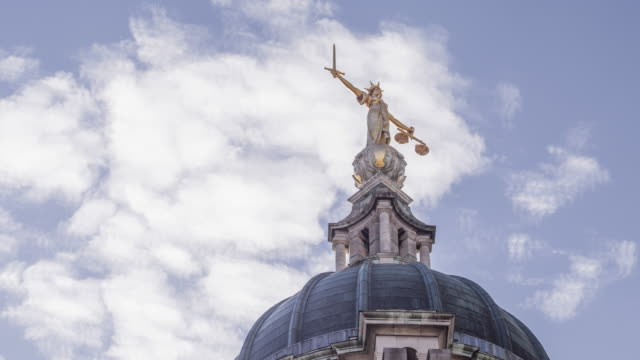 lady justice on the old bailey, london, england. - waage gewichtsmessinstrument stock-videos und b-roll-filmmaterial