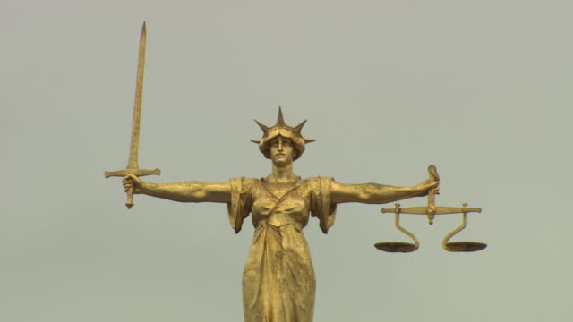 lady justice statue, close up, on top of old bailey, london - waage gewichtsmessinstrument stock-videos und b-roll-filmmaterial