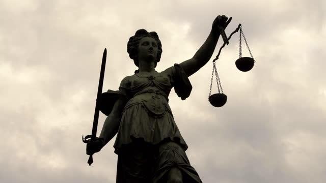 フランクフルトのレディ・ジャスティティア、タイムラプス - 正義の天秤点の映像素材/bロール