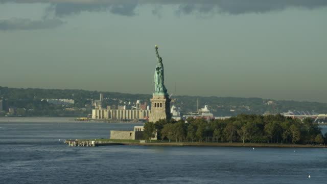 vídeos de stock, filmes e b-roll de lady liberty from new york harbor - figura feminina