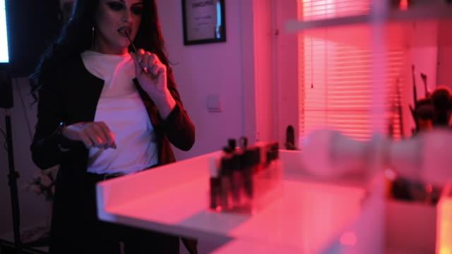 vidéos et rushes de maquilleur de dame dans l'atelier de maquillage - fard à joues