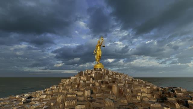正義の女性は金の山をそびえ立つ - 女神点の映像素材/bロール