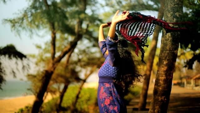 Dame Spiel mit Schal