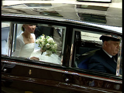 vídeos de stock, filmes e b-roll de lady sarah armstrong jones arriving at church on the occasion of her marriage to daniel chatto london 14th july 1994 - papel em casamento