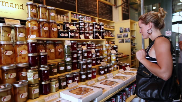 stockvideo's en b-roll-footage met ms pan lady shopping in atwater market and looking at local made jams / montreal, quebec, canada - glazen pot