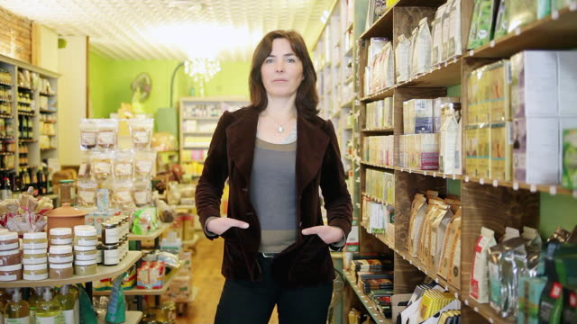 vidéos et rushes de ms zi lady standing in grocery / toulouse, midi-pyrennees, france - entrepreneur