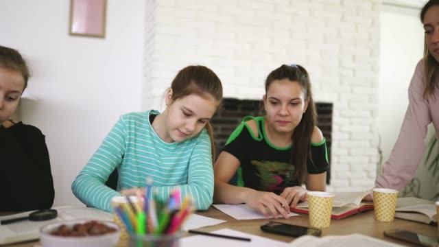 vidéos et rushes de professeur de dame et filles sur la classe dans l'école privée - cours de mathématiques