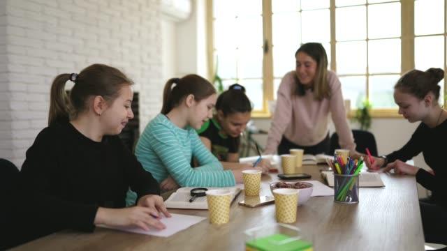 vidéos et rushes de dame enseignant et filles ensemble sur la classe privée - cours de mathématiques