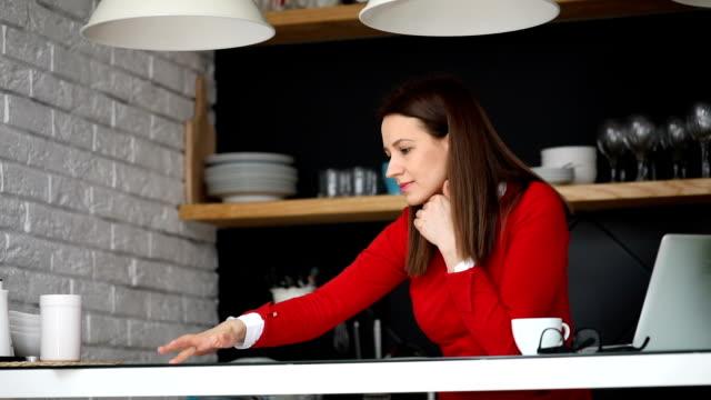 vidéos et rushes de dame de travail sur les documents - hot desking