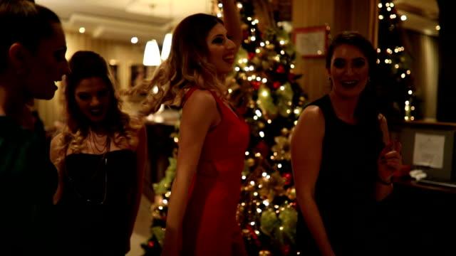 ladys tanzen - weihnachtsbaum stock-videos und b-roll-filmmaterial
