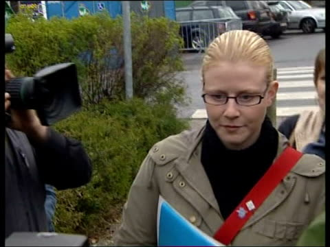 ext laetitia delhe along thru press - ベルギー点の映像素材/bロール