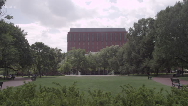 vídeos de stock e filmes b-roll de ws lafayette park with building in background / washington dc, united states - formato letterbox