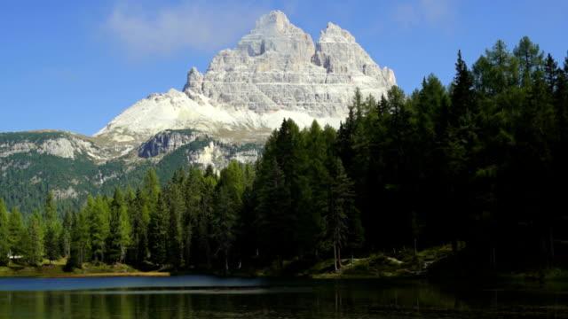 lago antorno and the tre cime di lavaredo peaks tl - tre cimo di lavaredo stock videos & royalty-free footage