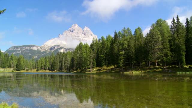 lago antorno and the tre cime di lavaredo peaks pan - tre cimo di lavaredo stock videos & royalty-free footage