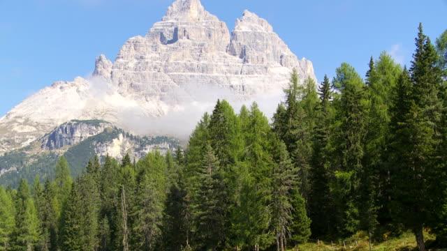 lago antorno and the tre cime di lavaredo peaks td - tre cimo di lavaredo stock videos & royalty-free footage