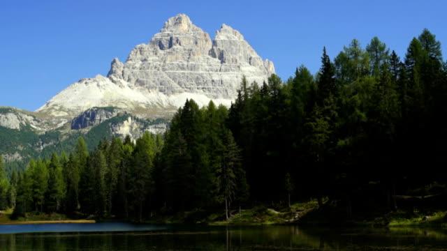 lago antorno and the tre cime di lavaredo peaks pan - lago stock videos & royalty-free footage