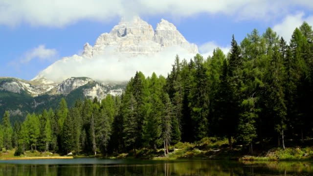 lago d'antorno and the tre cime di lavaredo peaks tl - lago stock videos & royalty-free footage