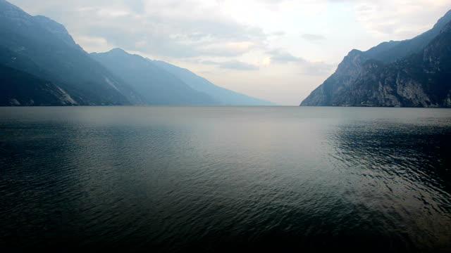 lago di garda - riva del lago video stock e b–roll