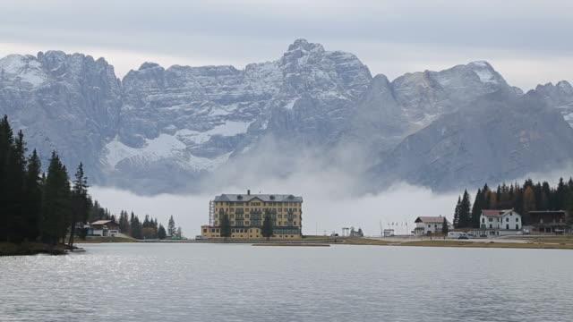 stockvideo's en b-roll-footage met lago di misurina lake in de dolomieten, italië - huisje