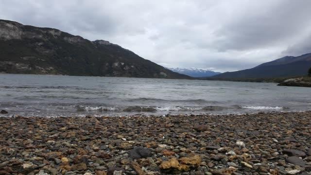 lago roca parque nacional near ushuaia in tierra del fuego in argentina - 野生生物保護点の映像素材/bロール