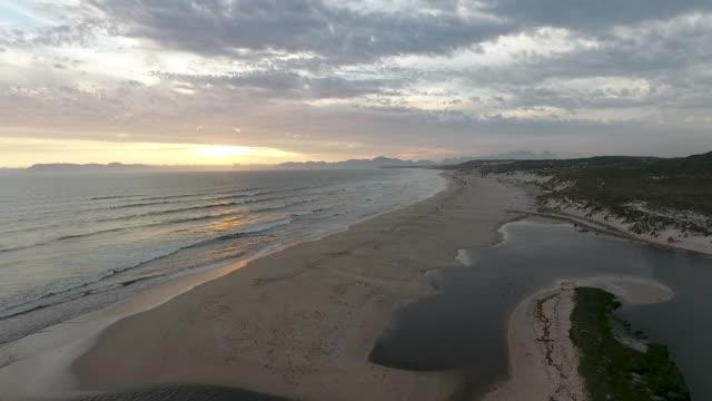 vidéos et rushes de lagune qui se jettent dans l'océan - océan atlantique