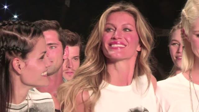 Lagrimas abrazos y un publico que derrocho fervor asi fue la despedida de la supermodelo brasilena Gisele Bundchen quien dijo adios a los desfiles...