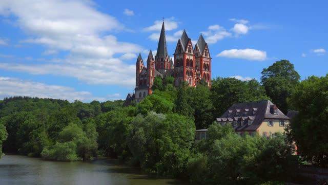 vídeos de stock e filmes b-roll de lahn river and cathedral of limburg, limburg an der lahn, westerwald, hesse, germany, europe - circa 13th century