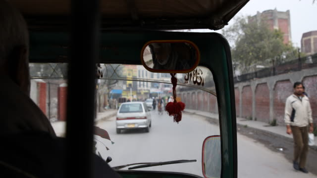 lahore is the capital city of the pakistani province of punjab the second largest metropolitan area in the country and 14th most populous city in the... - ein tag im leben stock-videos und b-roll-filmmaterial