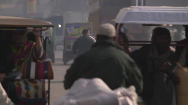 lahore , pakistan, traffic - lahore pakistan stock-videos und b-roll-filmmaterial